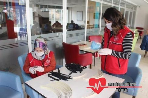 Sağlıkçılar için 3D yazıcılarla maske üretiyorlar